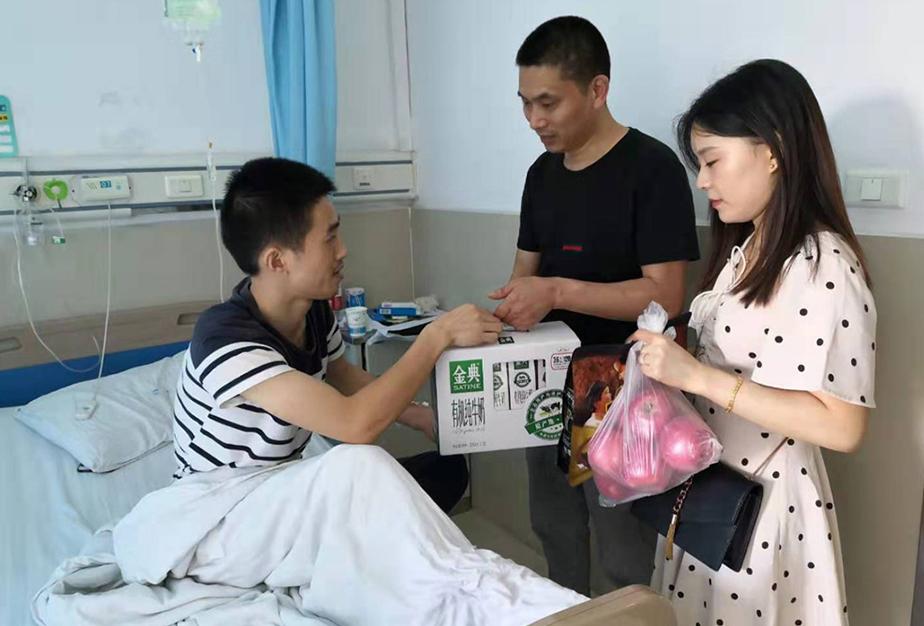工会给生病住院的企业员工送慰问